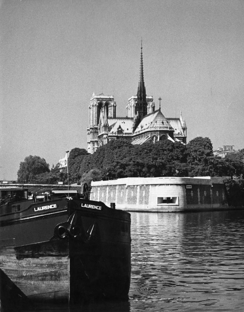 1954-1962. Mémorial des martyrs de la Déportation, Paris 4e, vue du chevet de Notre-Dame de Paris, n.d. cliché R. Bouwens, Paris