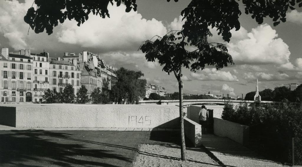 1954-1962. Mémorial des martyrs de la Déportation, Paris 4e, vue iextérieure, n.d., cliché R. Bouwens,Paris
