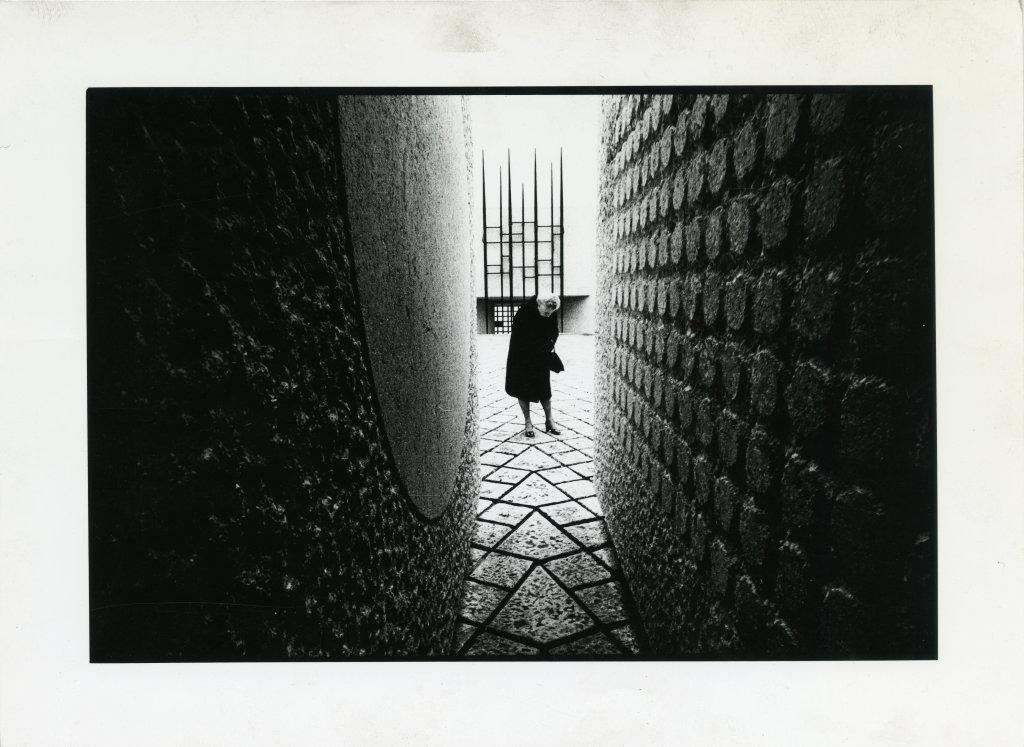 1954-1962. Mémorial des martyrs de la Déportation, Paris 4e, vue intérieure avec une femme n.id., n.d.